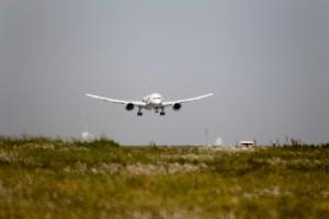 B滑走路延長線から撮影。たぶん3kmくらい先の機体です f6.3 1/800 450mm