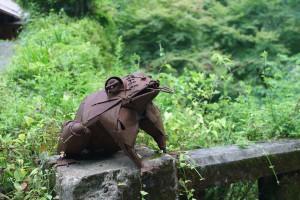 橋の欄干にカエルを発見